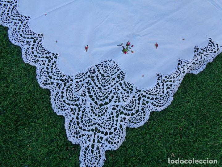 Antiquitäten: bonita sabana encimera con 3 fundas de almohada con encaje de bolillos y flores bordadas a mano - Foto 11 - 116782607