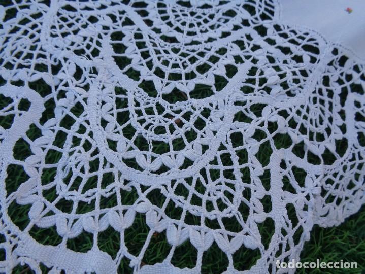 Antiquitäten: bonita sabana encimera con 3 fundas de almohada con encaje de bolillos y flores bordadas a mano - Foto 12 - 116782607