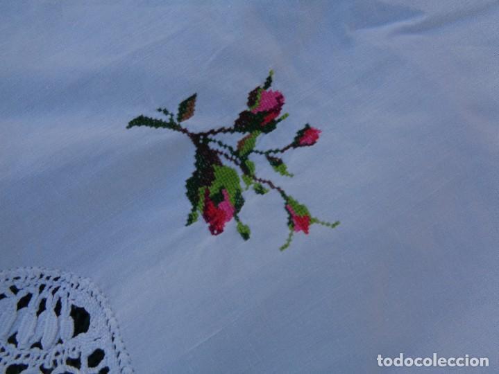 Antiquitäten: bonita sabana encimera con 3 fundas de almohada con encaje de bolillos y flores bordadas a mano - Foto 13 - 116782607