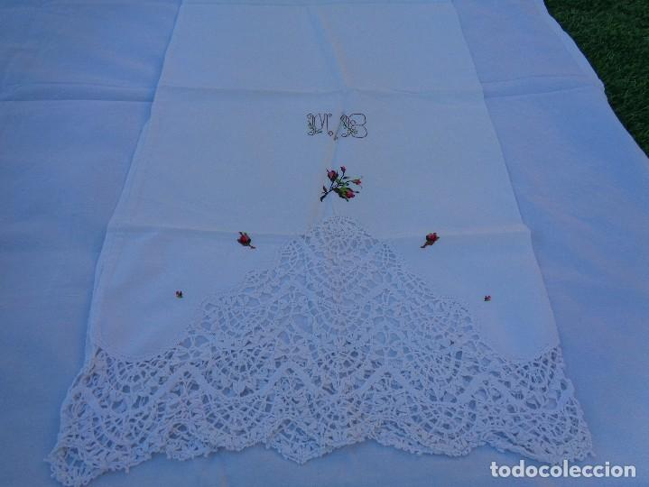 Antiquitäten: bonita sabana encimera con 3 fundas de almohada con encaje de bolillos y flores bordadas a mano - Foto 15 - 116782607
