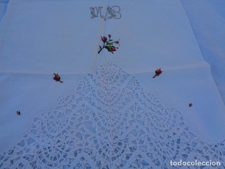 Antiquitäten: bonita sabana encimera con 3 fundas de almohada con encaje de bolillos y flores bordadas a mano - Foto 16 - 116782607