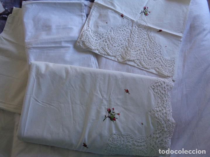 Antiquitäten: bonita sabana encimera con 3 fundas de almohada con encaje de bolillos y flores bordadas a mano - Foto 17 - 116782607