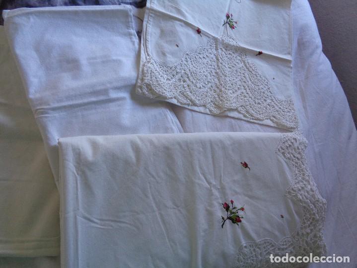 Antiquitäten: bonita sabana encimera con 3 fundas de almohada con encaje de bolillos y flores bordadas a mano - Foto 18 - 116782607