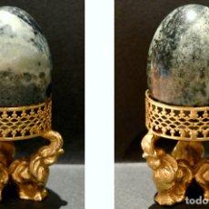 Antigüedades: HUEVO EN MARMOL ONIX VERDE Y BASE DE BRONCE. Lote 115375123