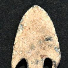 Antigüedades: ANTIGUA PUNTA DE FLECHA EN BRONCE CON PENDÚCULO ALETAS Y NERVIO CENTRAL. Lote 116804027