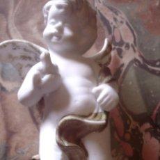 Antigüedades: BELLISIMA FIGURA DE BISCUIT DECORADA CON TOQUES EN ORO, QUERUBIN CON PALOMA. Lote 116824835