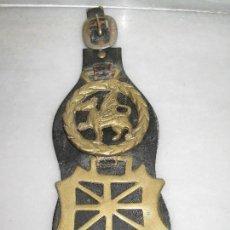 Antigüedades: ANTIGUAS PLACAS DE BRONCE CON CUERO PARA CORREAJE DE CABALLO.. Lote 116839711