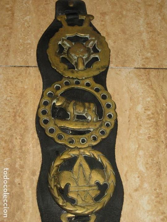 Antigüedades: Antiguas placas de bronce con cuero para correaje de caballo. - Foto 2 - 116840019