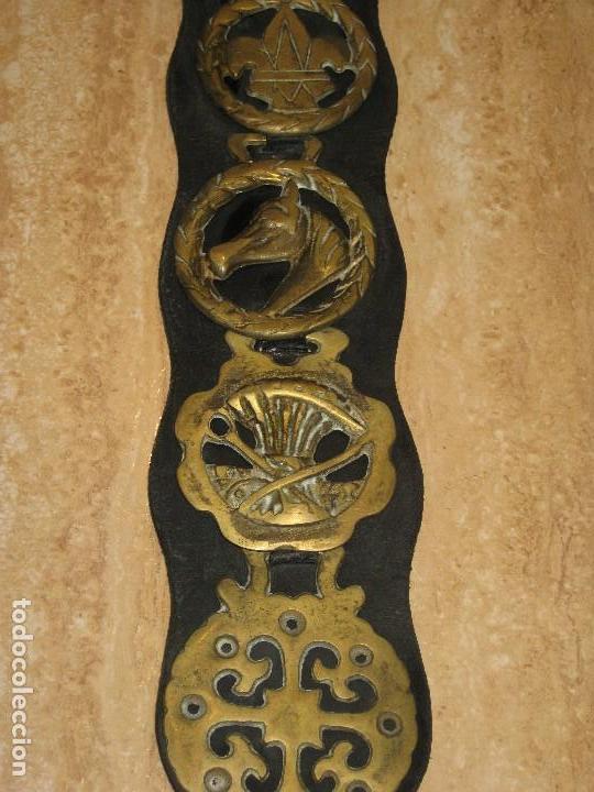 Antigüedades: Antiguas placas de bronce con cuero para correaje de caballo. - Foto 3 - 116840019