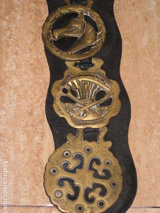 Antigüedades: Antiguas placas de bronce con cuero para correaje de caballo. - Foto 6 - 116840019