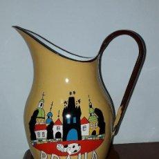Antigüedades: ANTIGUA JARRA DE METAL ESMALTADO PRAHA. Lote 116874963