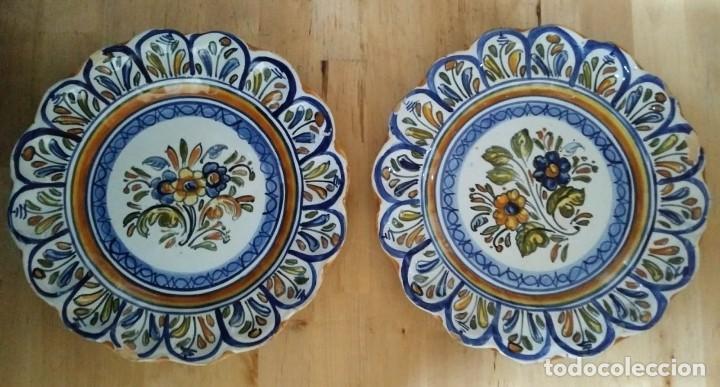 2 PLATOS 25CM CON INSCRIPCIÓN EN LA PARTE TRASERA - FLORES (Antigüedades - Porcelanas y Cerámicas - Otras)