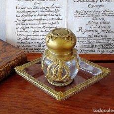 Antigüedades: TINTERO ANTÍGUO DE CRISTAL Y BRONCE DORADO CON BANDEJITA A JUEGO. Lote 116936899
