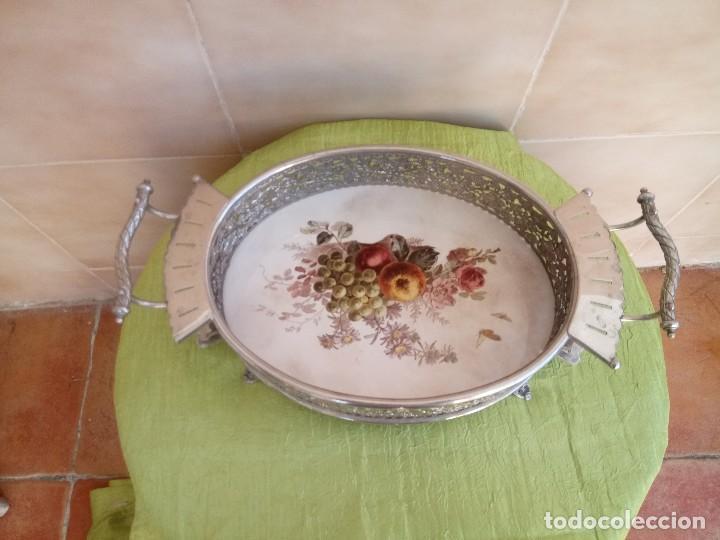 Antigüedades: exquisito centro de mesa de metal plateado con fondo de porcelana decorado con frutas.marcado en bas - Foto 2 - 116968683