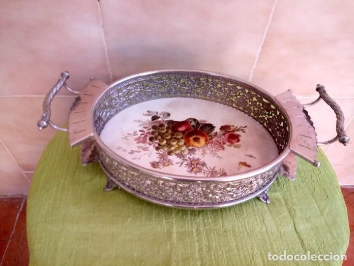 Antigüedades: exquisito centro de mesa de metal plateado con fondo de porcelana decorado con frutas.marcado en bas - Foto 3 - 116968683