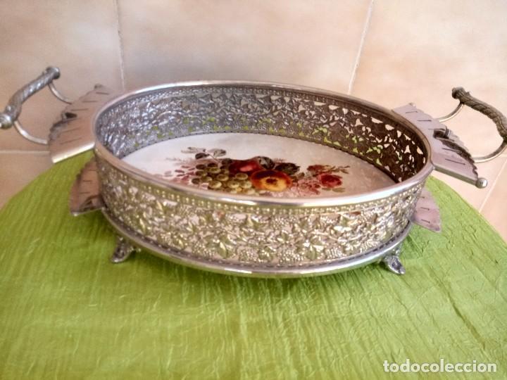 Antigüedades: exquisito centro de mesa de metal plateado con fondo de porcelana decorado con frutas.marcado en bas - Foto 4 - 116968683