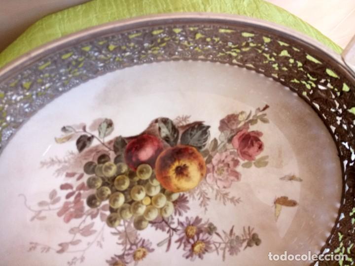 Antigüedades: exquisito centro de mesa de metal plateado con fondo de porcelana decorado con frutas.marcado en bas - Foto 5 - 116968683