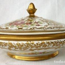Antigüedades: MUY ANTIGUA BOMBONERA DE PORCELANA DE SEVRES PINTADA EN PAN DE ORO Y MOTIVOS FLORALES. SELLADA. Lote 117005291