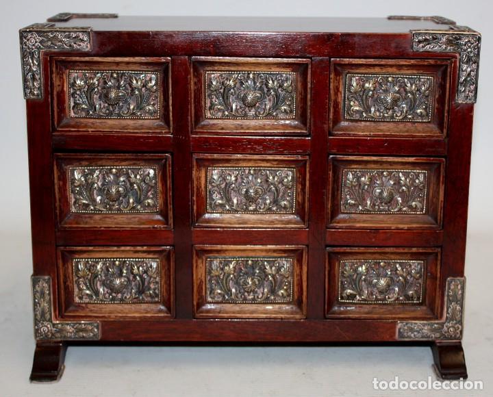 BONITO BARGUEÑO TIPO JOYERO EN MADERA Y DECORACIONES EN PLATA REPUJADA. CIRCA 1950 (Antigüedades - Muebles Antiguos - Auxiliares Antiguos)