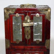 Antigüedades: JOYERO CHINO EN MADERA Y METAL Y ADORNOS EN JADE. MEDIADOS SIGLO XX. Lote 117019707