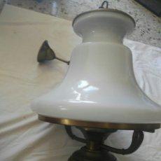 Antigüedades: ANTIGUA GRAN LAMPARA TIPO QUINQUE LATON BRONCE Y OPALINA. Lote 117030312