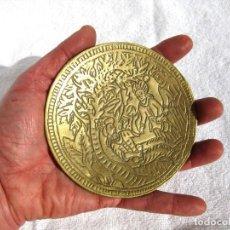 Antigüedades: PATENA DE BRONCE MACIZO 250 GRS, CON ESCENA BÍBLICA 11,7 CMS DIÁMETRO. Lote 117037339