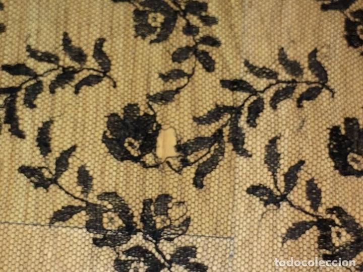 Antigüedades: MANTILLA. BORDADO SEMIMANUAL SOBRE TUL. SEDA O VISCOSA. ESPAÑA. CIRCA 1950 - Foto 7 - 117041915
