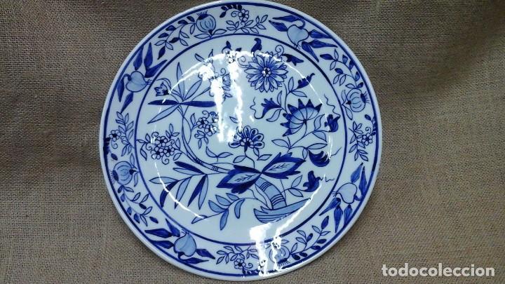 PLATO DE LOZA PINTADO A MANO . MARCA INCISA .MODELO CEBOLLA (COPIADO DE MEISSEN , SIGLO XVIII ) (Antigüedades - Porcelanas y Cerámicas - Alcora)