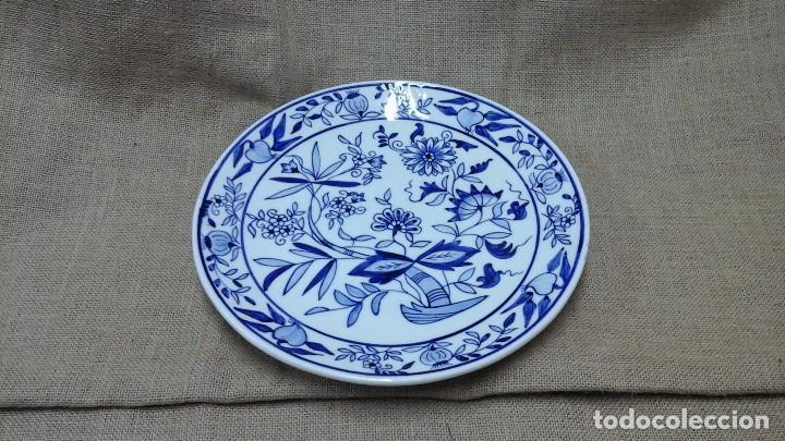 Antigüedades: Plato de loza pintado a mano . Marca incisa .Modelo cebolla (Copiado de Meissen , siglo XVIII ) - Foto 2 - 117169291