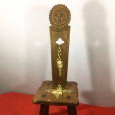 Antigüedades: SILLA DE MADERA MACIZA TALLADA PINTADA A MANO. Lote 117220820