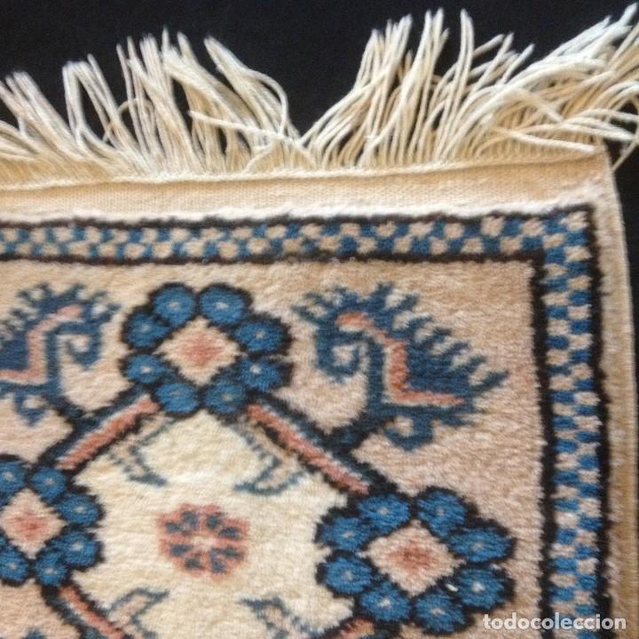 Antigüedades: pequeña alfombra persa tonos blanco ,azules, negros y rojizos - Foto 2 - 117262859