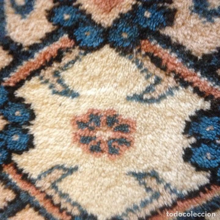 Antigüedades: pequeña alfombra persa tonos blanco ,azules, negros y rojizos - Foto 4 - 117262859