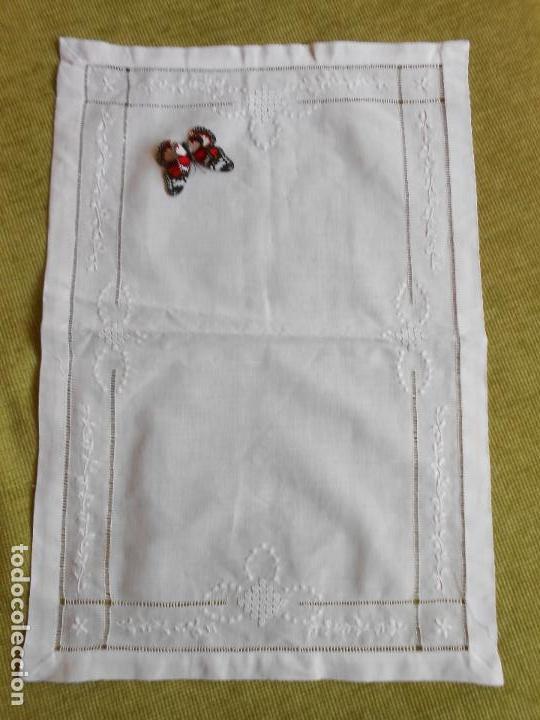 Antigüedades: Precioso tapete lino blanco. Bordado a mano 40 x 60 cm Blanco - Foto 2 - 117276659