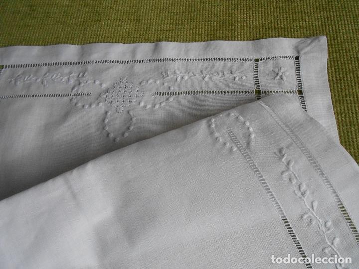 Antigüedades: Precioso tapete lino blanco. Bordado a mano 40 x 60 cm Blanco - Foto 3 - 117276659