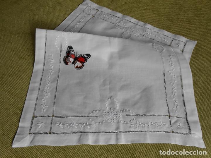 Antigüedades: Precioso tapete lino blanco. Bordado a mano 40 x 60 cm Blanco - Foto 4 - 117276659