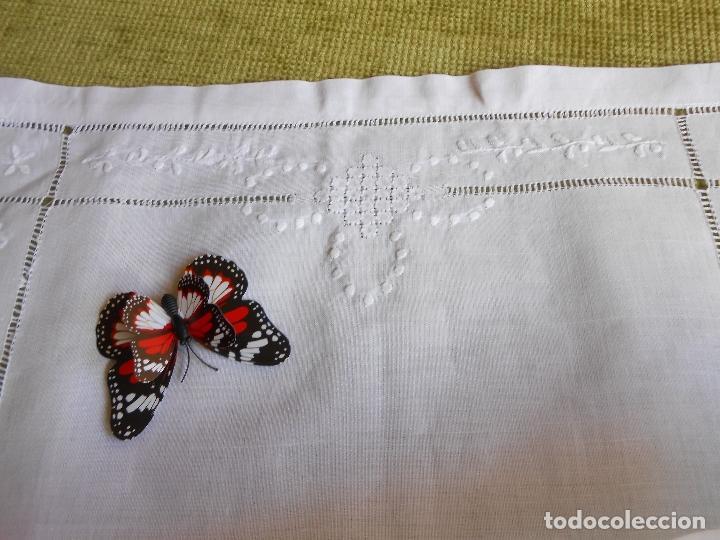 Antigüedades: Precioso tapete lino blanco. Bordado a mano 40 x 60 cm Blanco - Foto 11 - 117276659