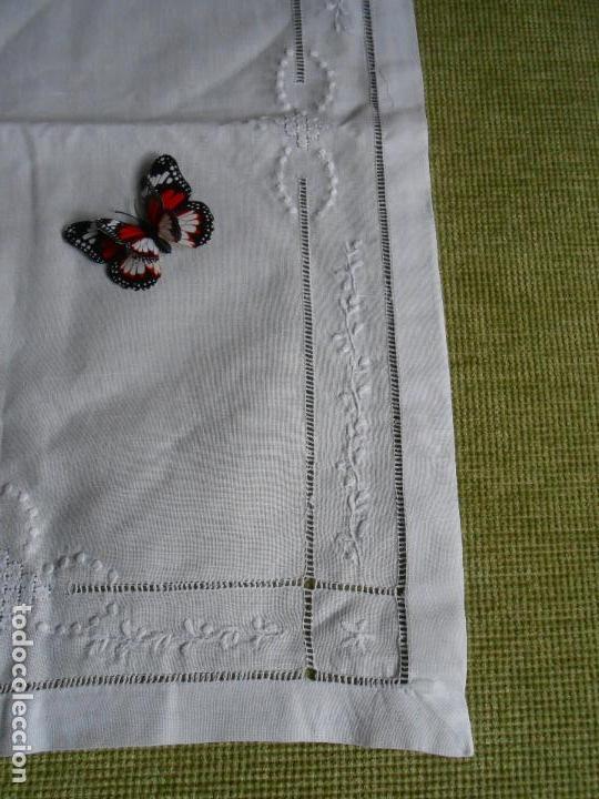 Antigüedades: Precioso tapete lino blanco. Bordado a mano 40 x 60 cm Blanco - Foto 12 - 117276659
