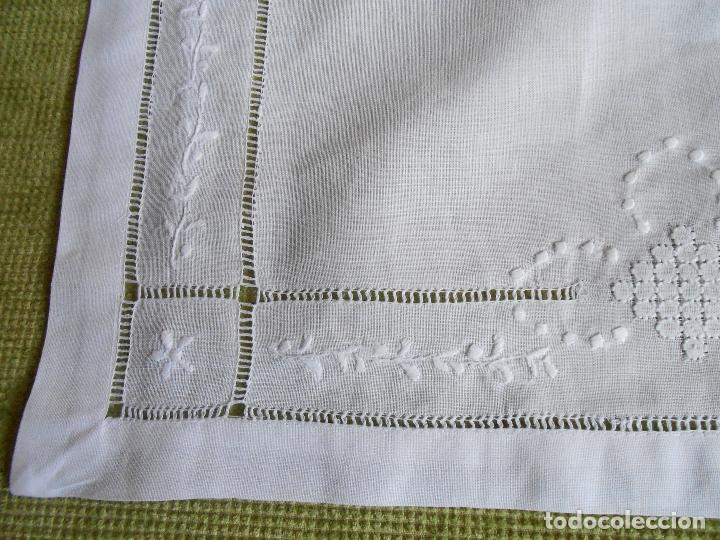 Antigüedades: Precioso tapete lino blanco. Bordado a mano 40 x 60 cm Blanco - Foto 14 - 117276659