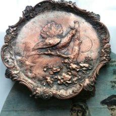Antigüedades: PLATO EN BRONZE O COBRE CON UROGALLO - ANTIGUA - PRECIOSA !!!. Lote 117315758