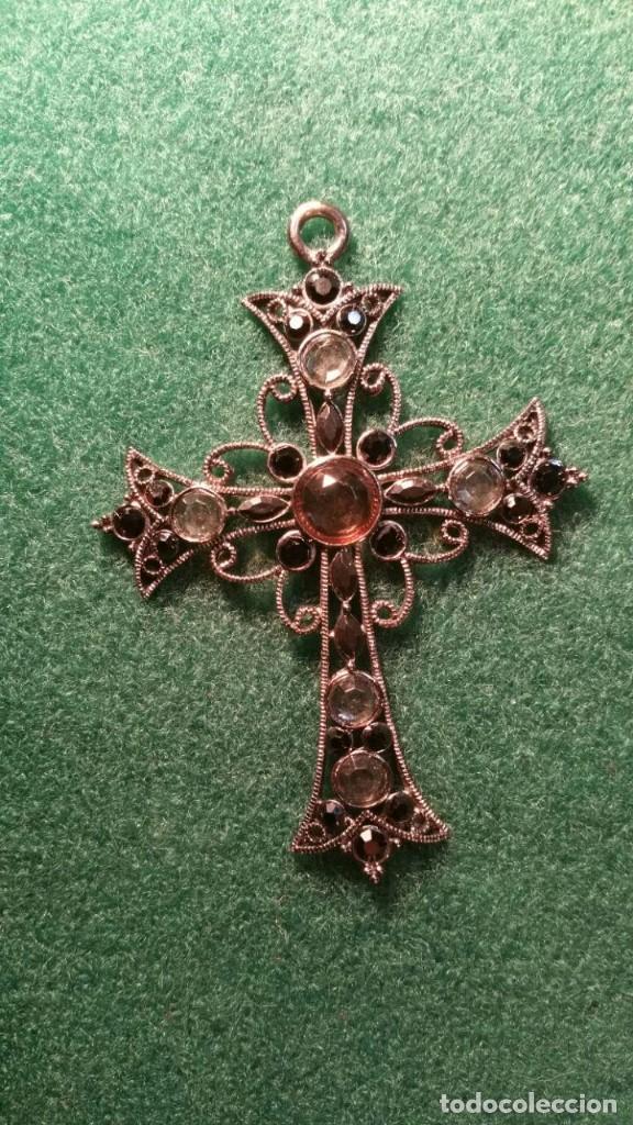 PRECIOSO CRUCIFIJO DE METAL Y PEDRERIA (Antigüedades - Religiosas - Crucifijos Antiguos)