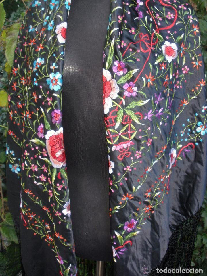 Antigüedades: mantón de maníla raso bordado - Foto 3 - 117336879