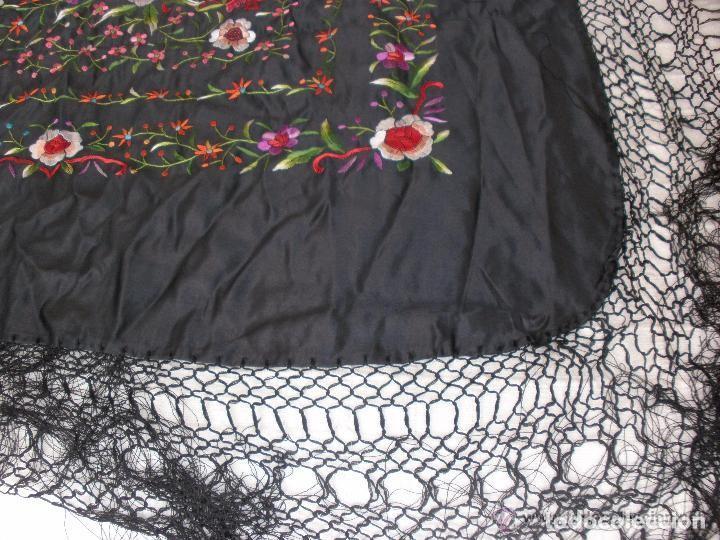 Antigüedades: mantón de maníla raso bordado - Foto 4 - 117336879