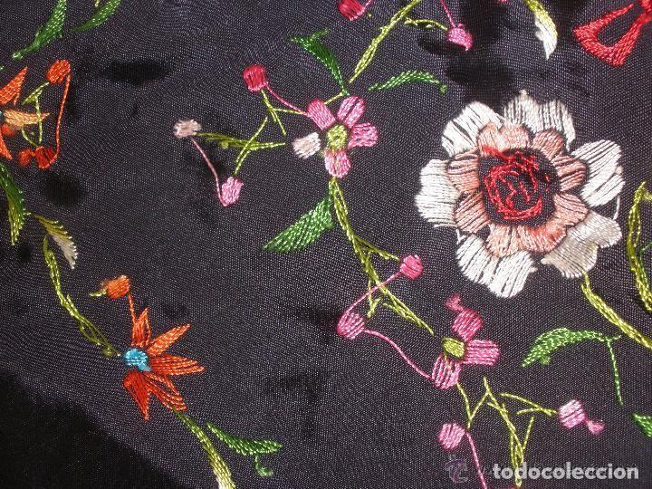 Antigüedades: mantón de maníla raso bordado - Foto 6 - 117336879