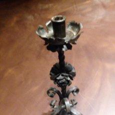 Antigüedades: CANDELABRO DE HIERRO FORJADO - 34 CMS DE ALTURA. Lote 117379871
