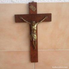 Antigüedades: ANTIGÚA CRUZ DE MADERA NOBLE CON JESUS CRISTO DE BRONCE.. Lote 117380783