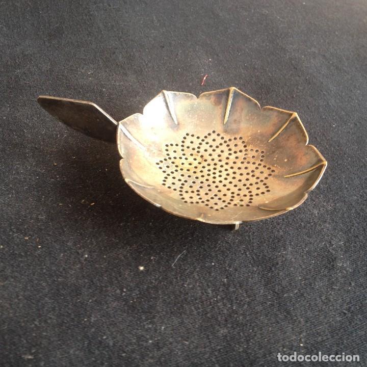 Antigüedades: Antiguo colador de té bañado en plata. - Foto 2 - 117383583