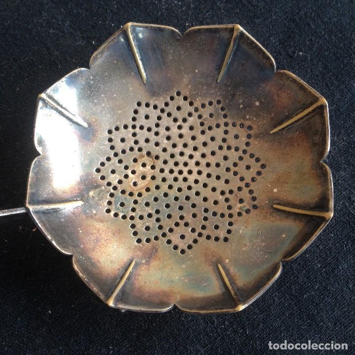 Antigüedades: Antiguo colador de té bañado en plata. - Foto 6 - 117383583