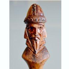 Antigüedades: ANTIGUO BASTÓN CON MANGO EN TALLA EN MADERA BUSTO GUERRERO ALMANZOR. Lote 52365048
