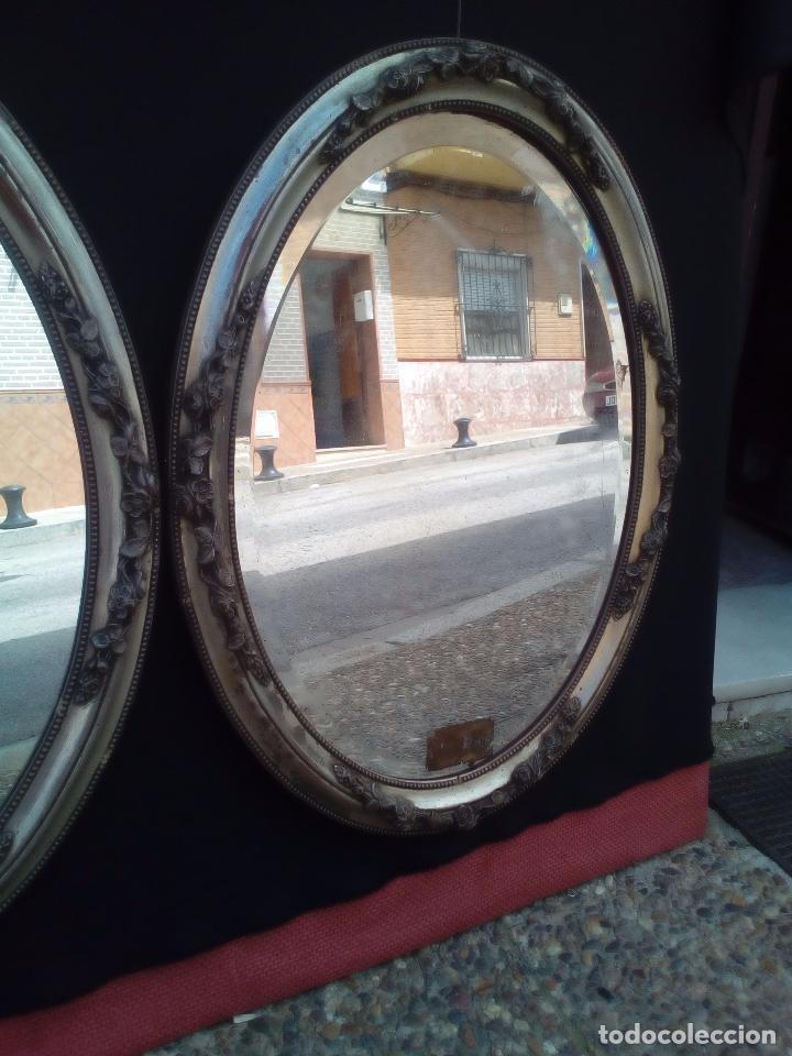 Antigüedades: DOS ANTIGUOS ESPEJOS CON MARCO DE MADERA PLATEADA - Foto 2 - 117398135