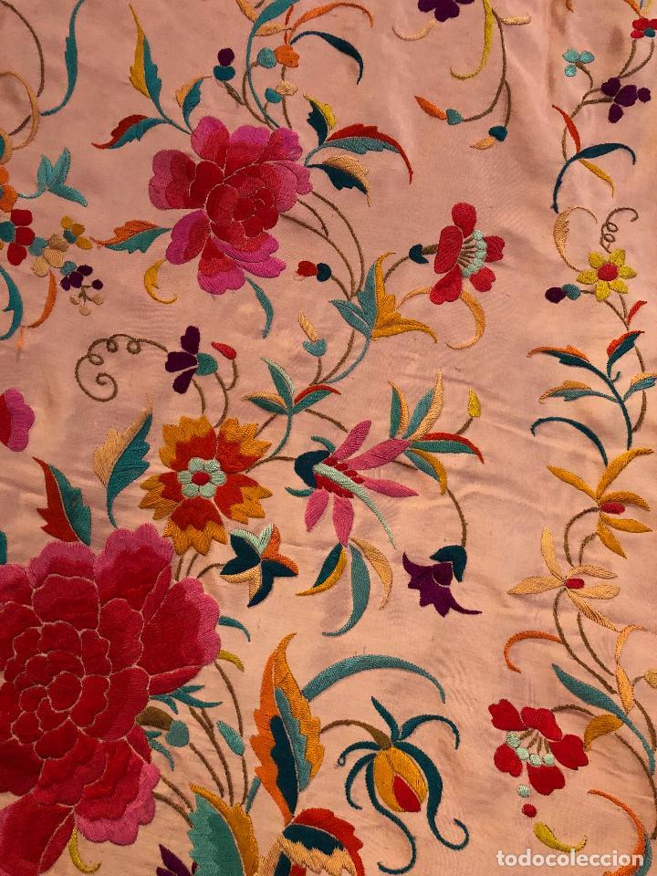 Antigüedades: Mantón de Manila antiguo bordado en seda a mano rosa fuerte con fleco isabelino de 1900 - Foto 2 - 117404827